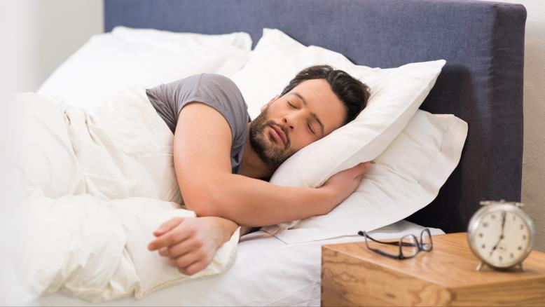صورة لماذا نستيقظ من النوم ليلاً؟