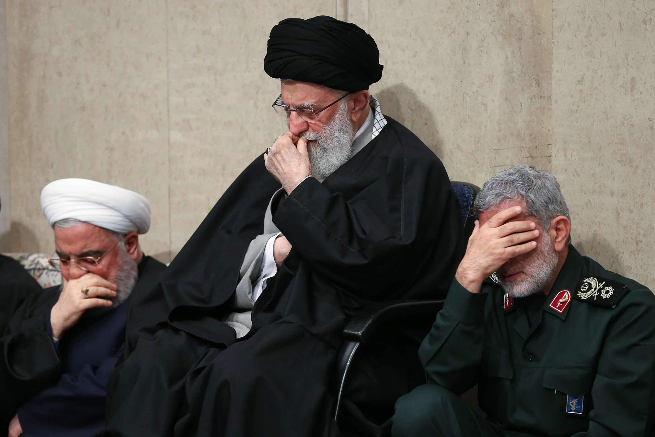 صورة تمـ.ـزيق صـ.ـور سلـ.ـيماني وسـ.ـط طهران.. ومظـ.ـاهرات عـ.ـارمة