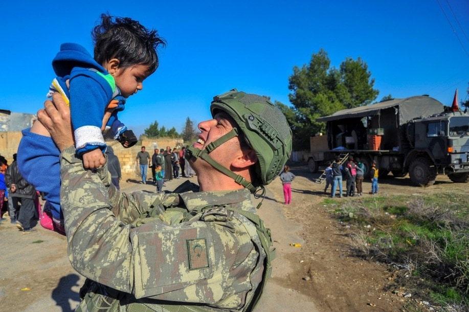 صورة الجيش التركي يتخذ وضعية الحرب في إدلب