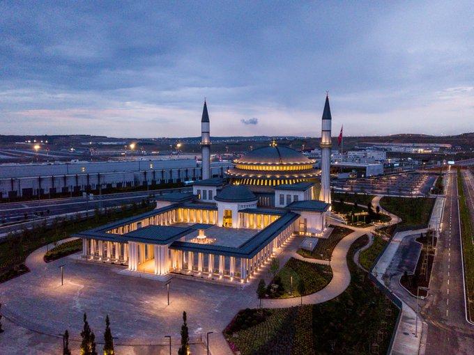 صورة أردوغان يفتتح مسجدا ضخما في أكبر مطارات العالم- صور