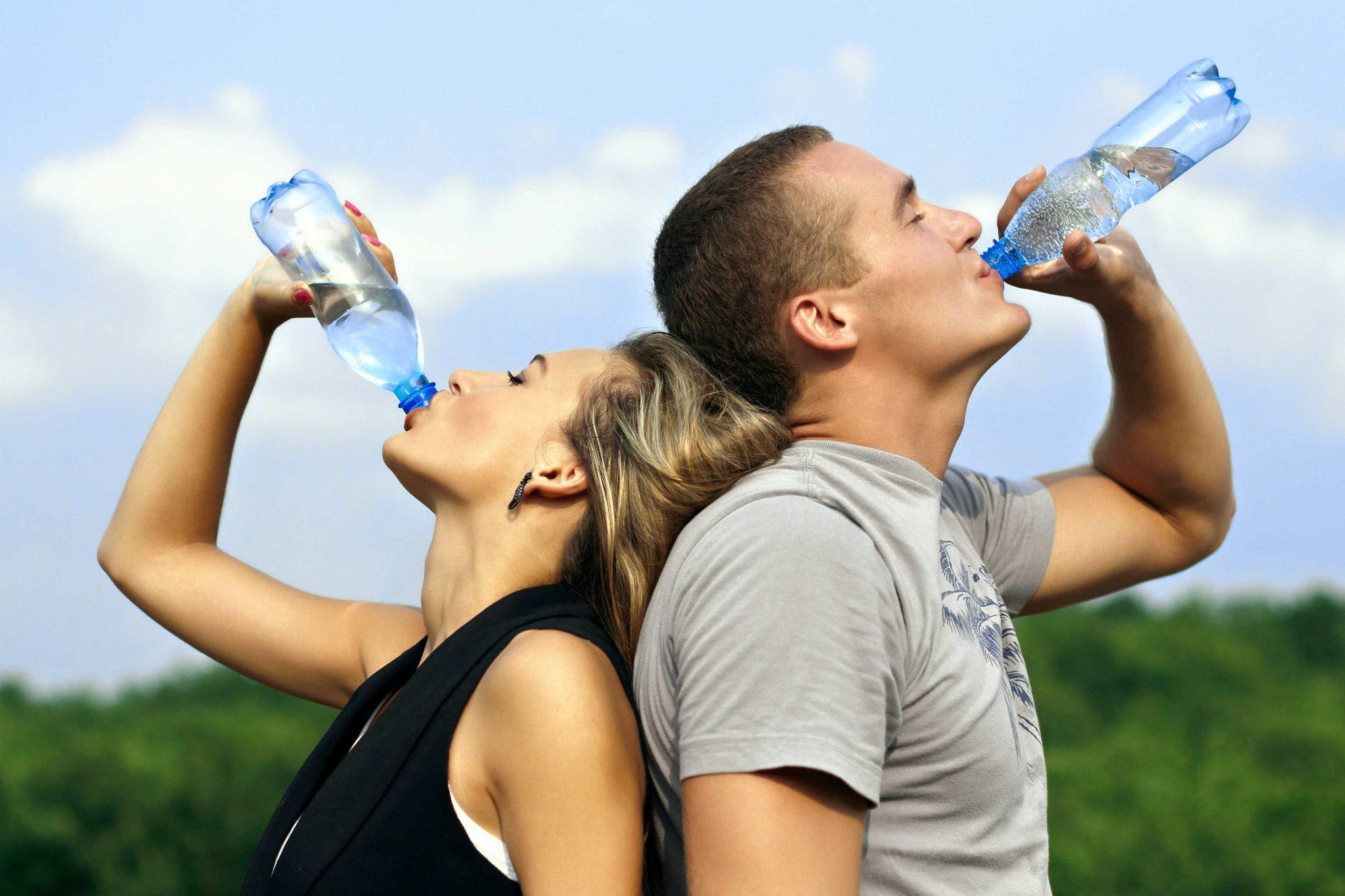 صورة هل من الخطأ شرب الماء أثناء الأكل؟