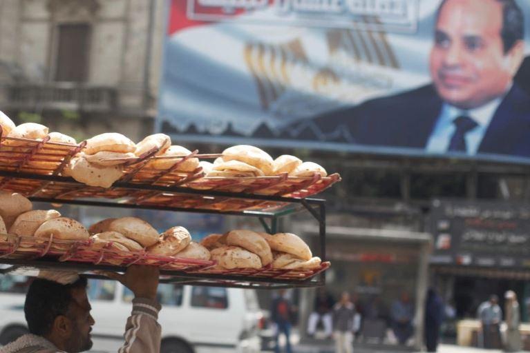 صورة السيسي للمصريين: لا خبز ولا حرية