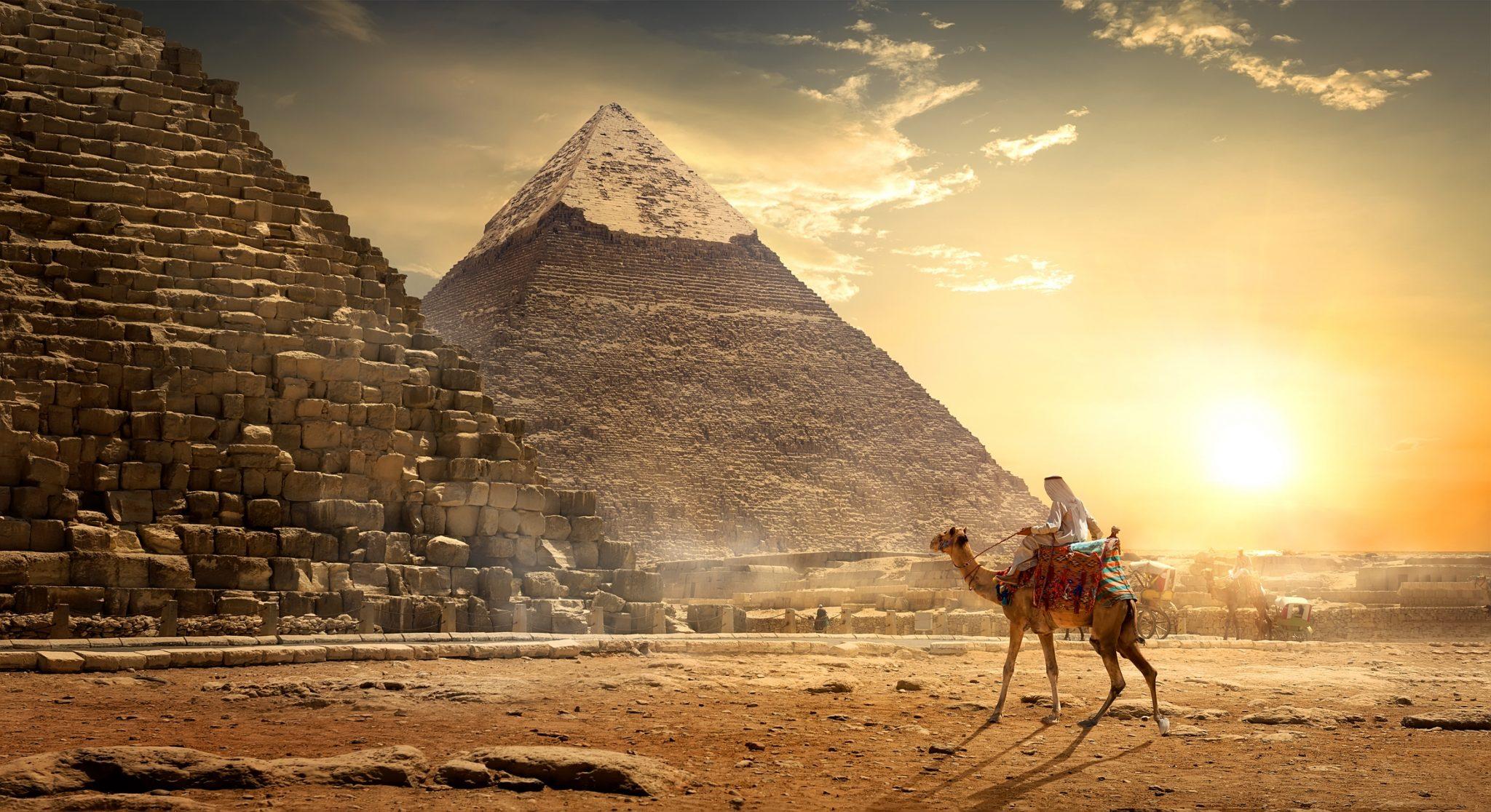 صورة هذا ما فعله صحـ ـابة الرسـ ـول عند رؤيتهم للأهرامات لأول مـ ـرة- فيديو