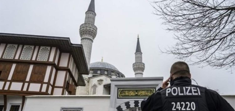 صورة الشرطة الألمانية تقتـ.ـحم مسجدا بالأحذية- صورة