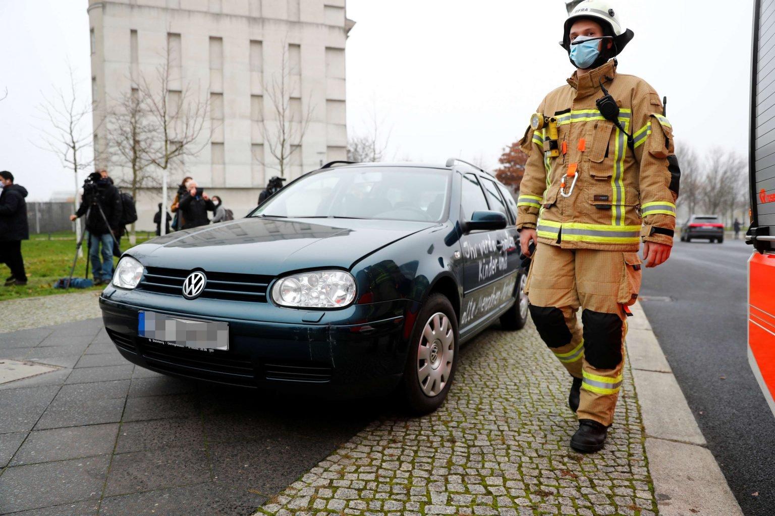 صورة صور.. سيارة تقتحم بوابة ديوان المستشارية الألمانية في برلين