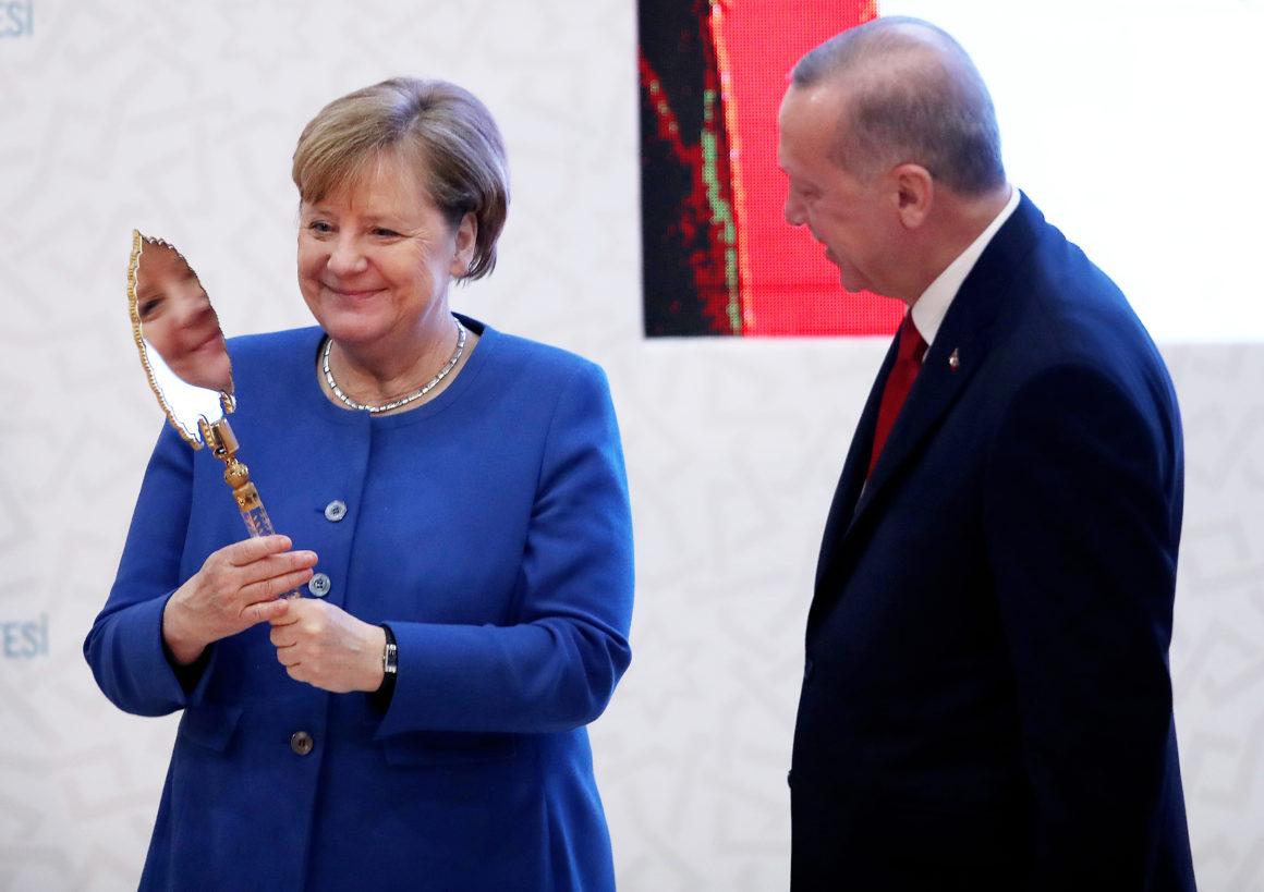 صورة ميركل.. سدا منيعا أمام الرغبة الفرنسية بفرض عقوبات على تركيا- تطورات هامة