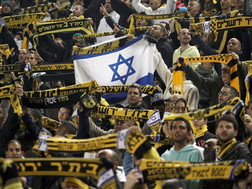 صورة الأسرة الإماراتية تعتزم شراء حصة من نادي إسرائيلي.. ومشجعو الفريق يردون بالإساءة للنبي