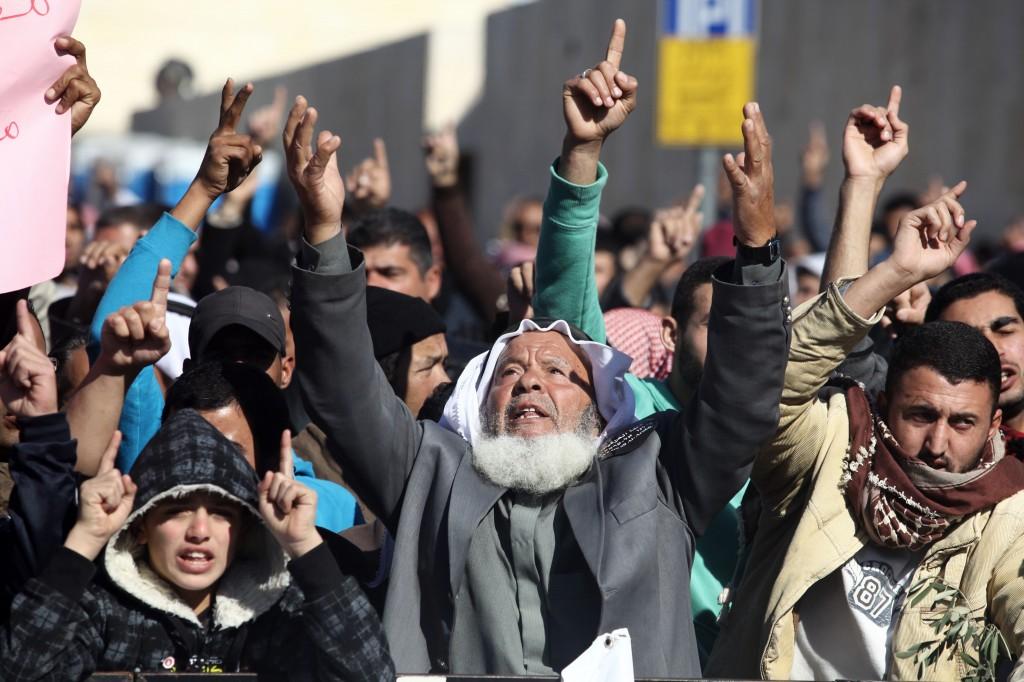 صورة مسؤول كبير يعلن استسلام غالبية الأنظمة العربية- فيديو