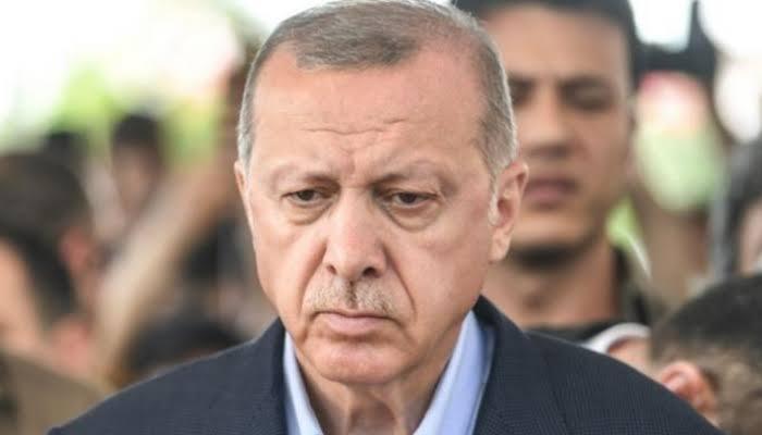صورة الحزن يخيم على الرئيس التركي أردوغان