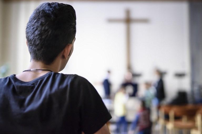 صورة بالفيديو.. مذيع عربي شهير يعلن ارتداده عن الإسـ ـلام واعتناق المسـ ـيحية