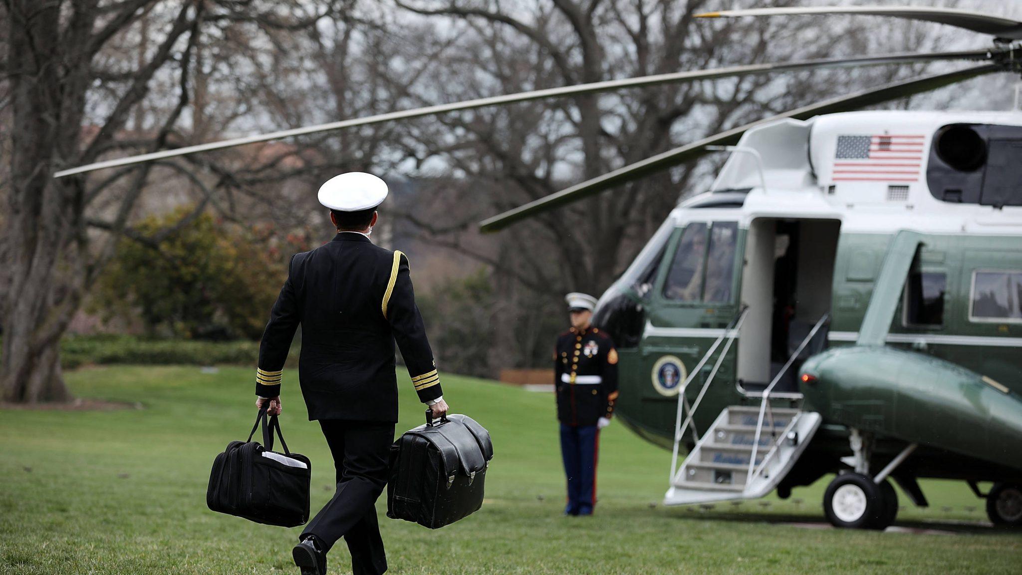 صورة تطور خطـ ـير؟.. ترامب سيأخذ الحقيبة النووية معه عند رحيله!