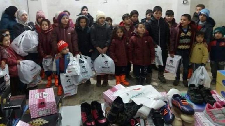 صورة جمعية تركية توزع معاطف وأحذية على 500 طفل سوري