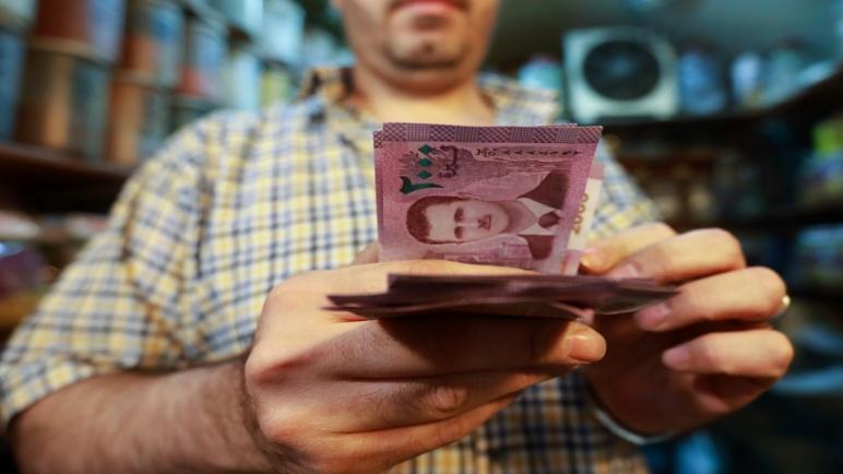 صورة الليرة السورية تسجل تحسناً طفيفاً أمام الدولار والذهب