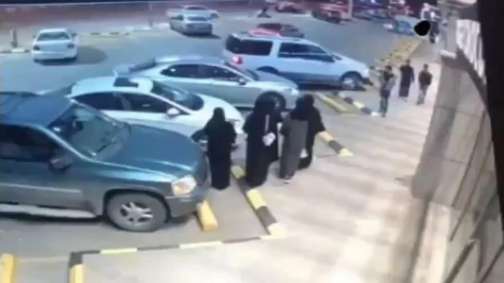 صورة اعتداء سافر على سعودية في الشارع يثير غضبا.. والنيابة تصدر توجيها عاجلا (فيديو)