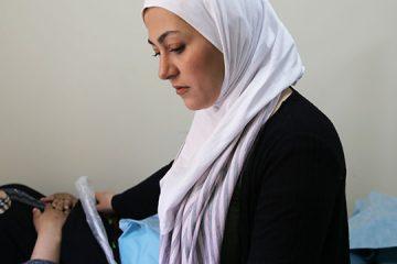 الصورة للطبيبة هديل في إحدى مراكز دعم اللاجئين، مصدر الصورة: UNFPA