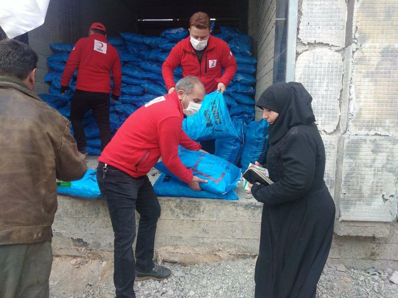 صورة الهلال الأحمر التركي يفرح السوريين من جديد ويقدم المساعدات في عدة مناطق مختلفة