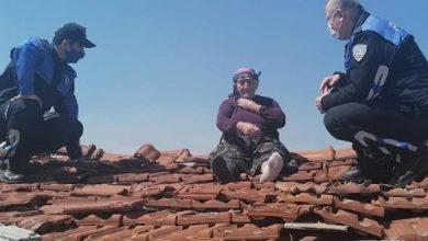 صورة فيديو طريف .. عجوز تركية ذهبت لاصلاح السطح والشرطة اعتقدت انها ستنـ.ـتحر!!