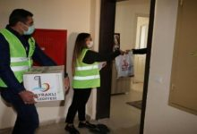 صورة بلدية تركية توزع طروداً إغاثية على المواطنين