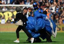 صورة الحكم عاقبه بالكرت الأصفر.. مظلي يهبط اضطراريا أثناء مبارة كرة قدم.. شاهد
