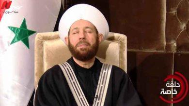 صورة لحظات مؤثرة لمفتي النظام أحمد حسون خلال سماعه لصوت الديكتاتور حافظ الأسد بمقولته ( الوطن غالي)